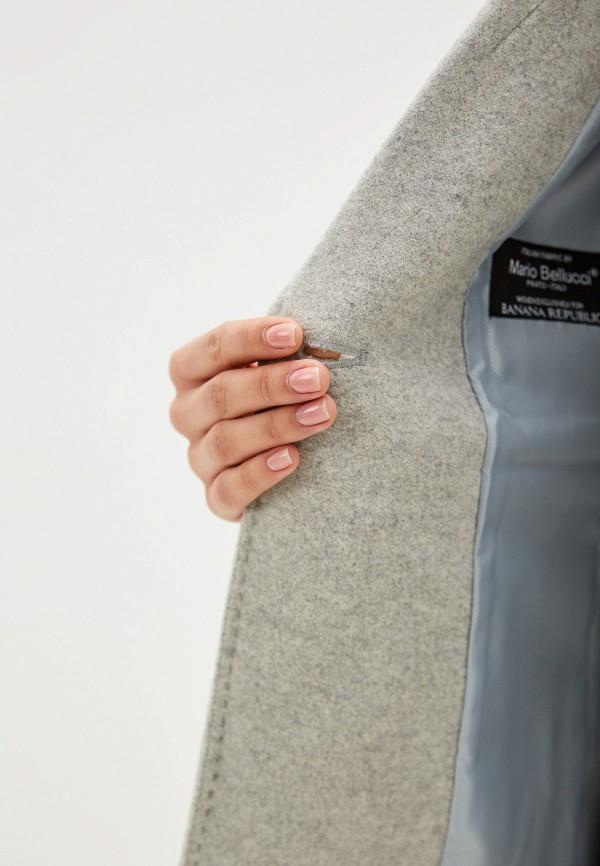 Фото 4 - женское пальто или плащ Banana Republic серого цвета