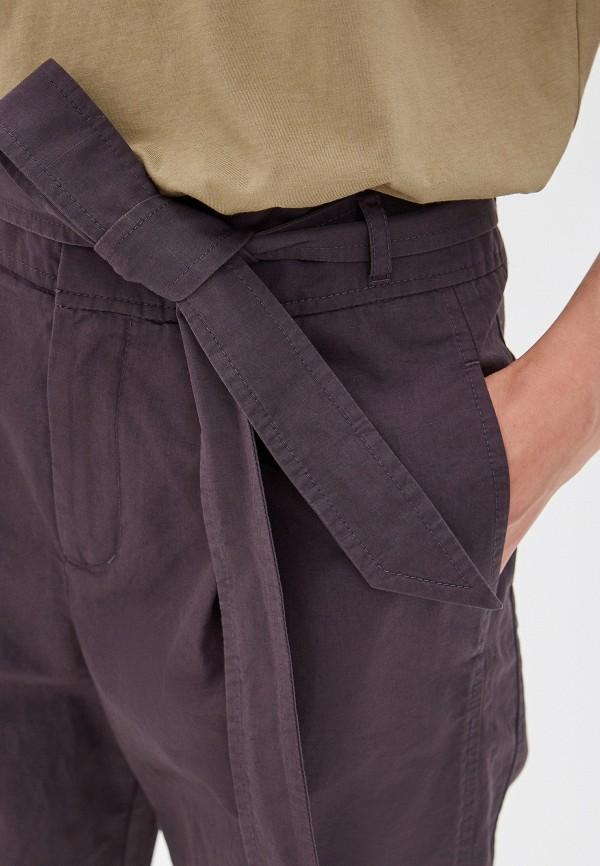 Фото 4 - женские брюки Boss серого цвета