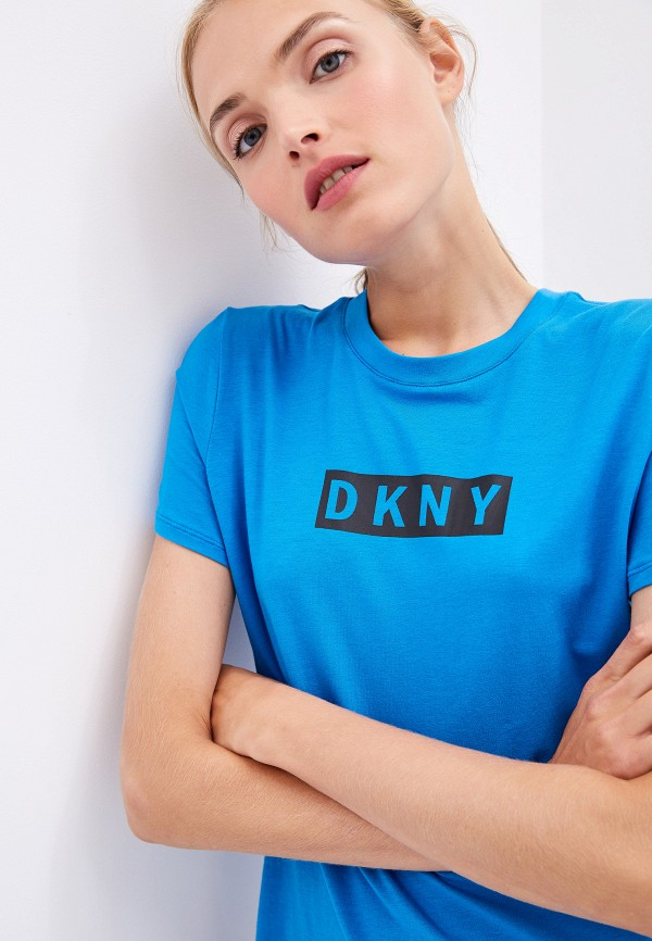 Фото 4 - женскую футболку DKNY синего цвета