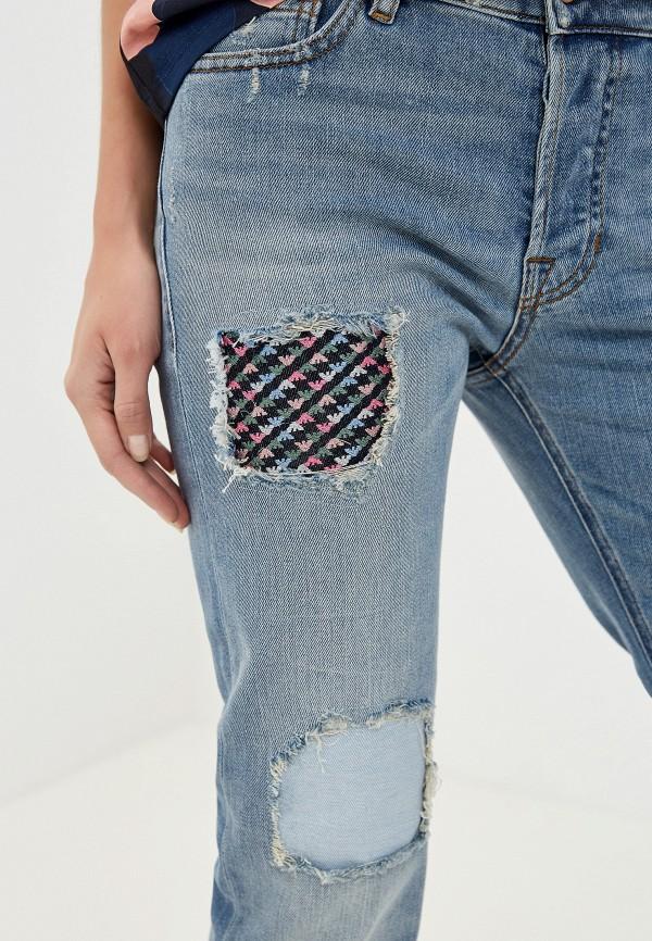 Фото 4 - женские джинсы Emporio Armani голубого цвета