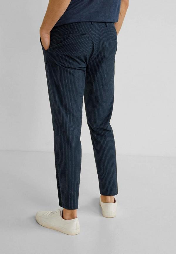 Фото 3 - мужские брюки Mango Man синего цвета