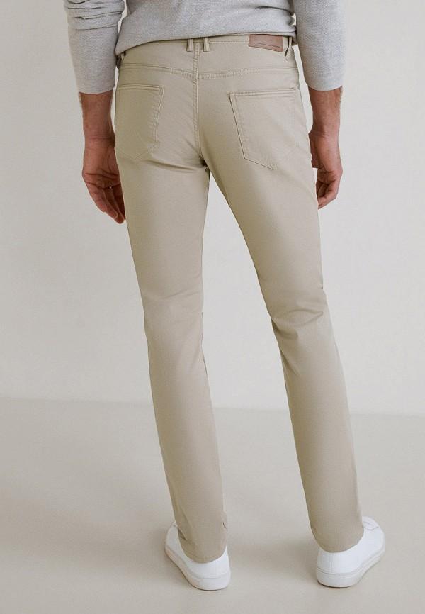 Фото 3 - мужские брюки Mango Man бежевого цвета