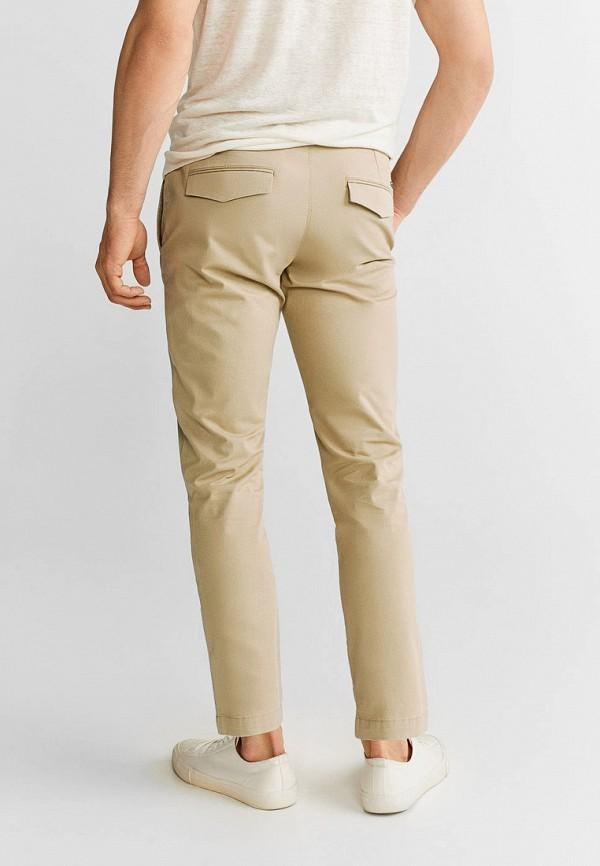 Фото 2 - Мужские брюки Mango Man бежевого цвета
