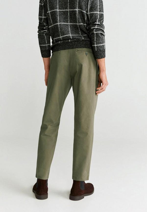 Фото 2 - мужские брюки Mango Man цвета хаки
