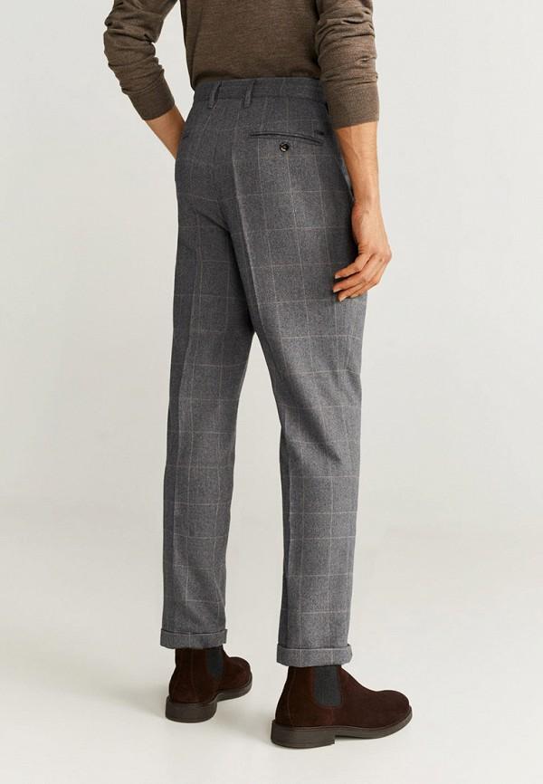 Фото 3 - мужские брюки Mango Man серого цвета