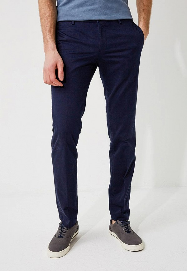 Фото - мужские брюки Hugo синего цвета