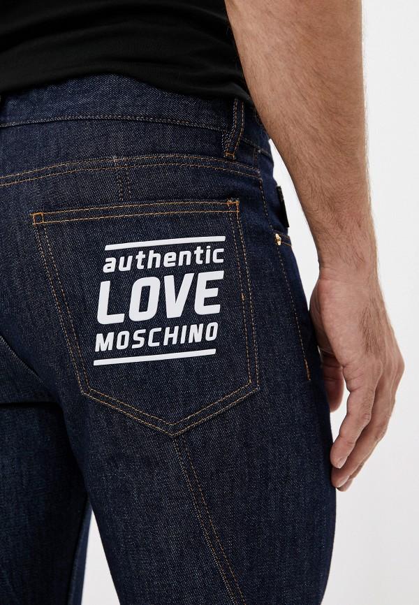 Фото 4 - мужские джинсы Love Moschino синего цвета