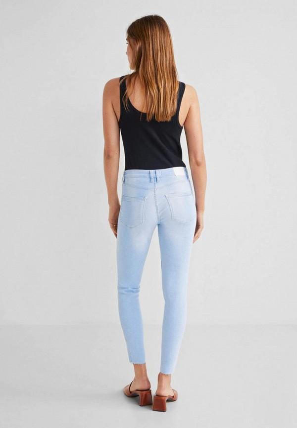 Фото 2 - женские джинсы Mango голубого цвета