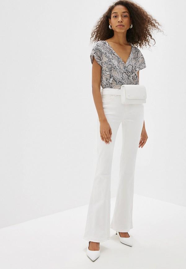 Фото 2 - женские джинсы Mango белого цвета