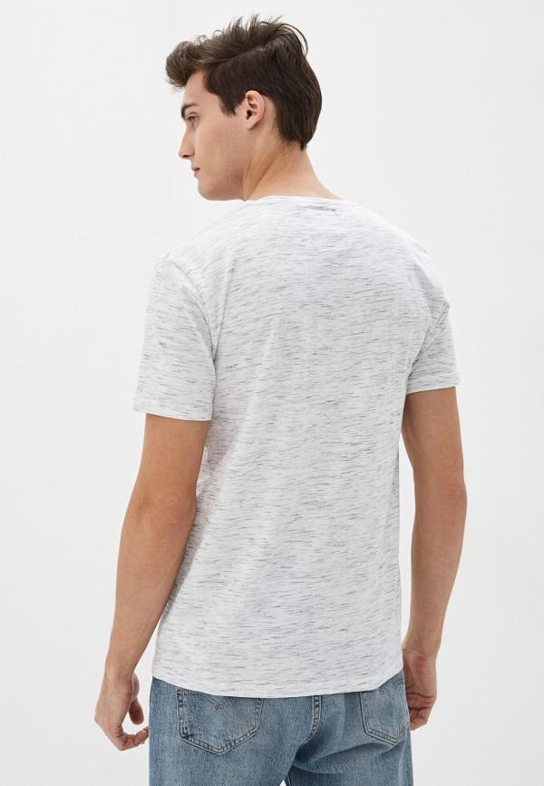 Фото 3 - Мужскую футболку Befree серого цвета
