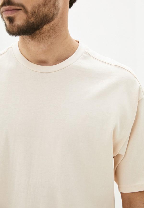 Фото 4 - Мужскую футболку Befree бежевого цвета
