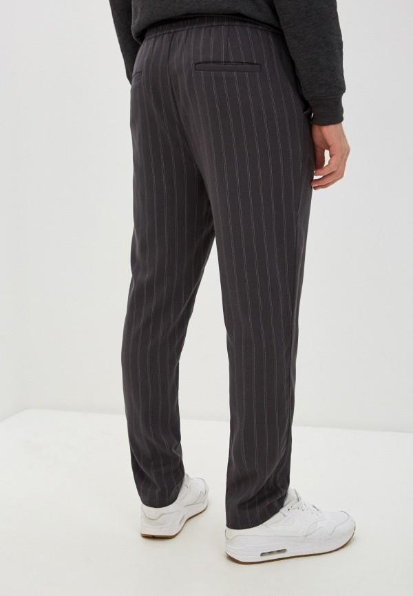 Фото 3 - Мужские брюки Befree серого цвета