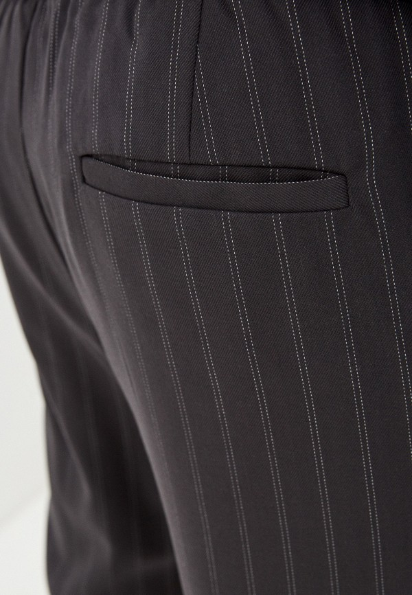 Фото 4 - Мужские брюки Befree серого цвета