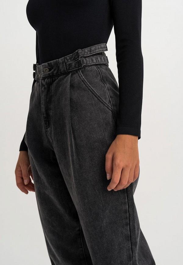 Фото 4 - Женские джинсы Befree серого цвета