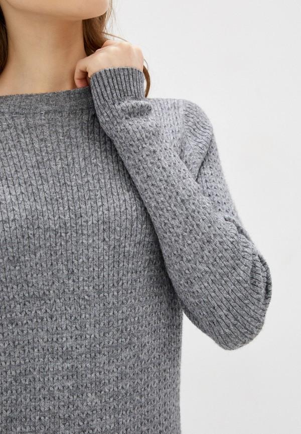 Фото 4 - Женское вязаное платье Befree серого цвета