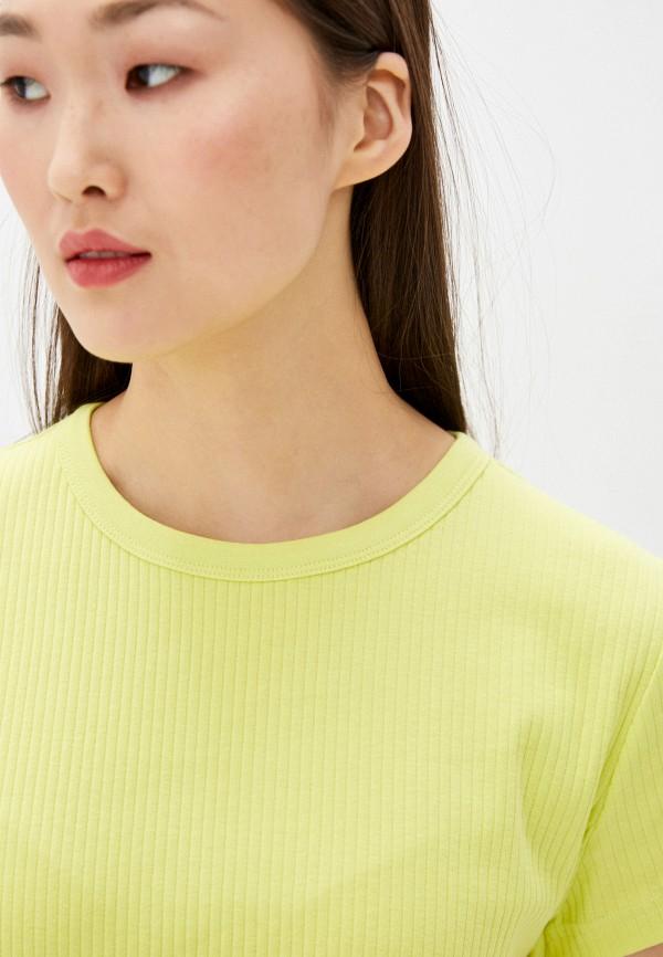 Фото 4 - Женскую футболку Befree желтого цвета