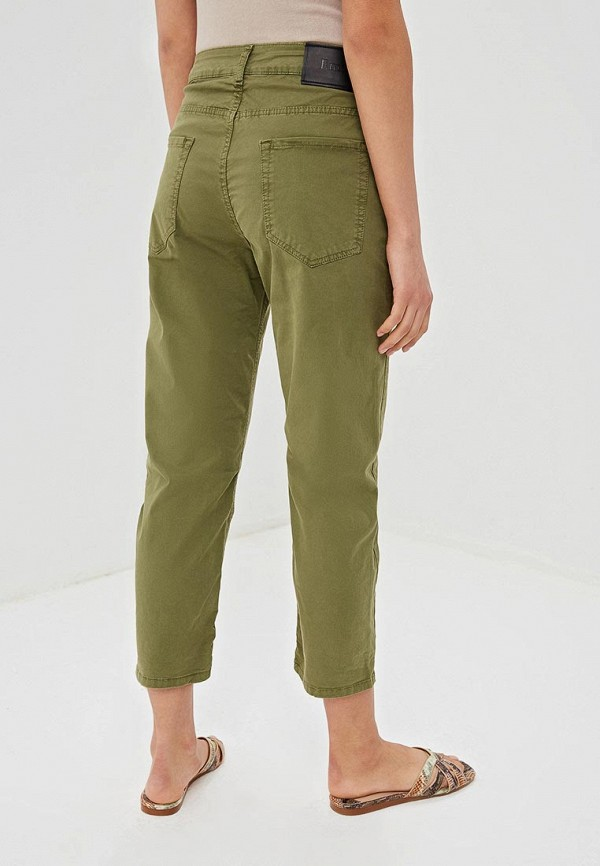 Фото 3 - Женские брюки EMI зеленого цвета