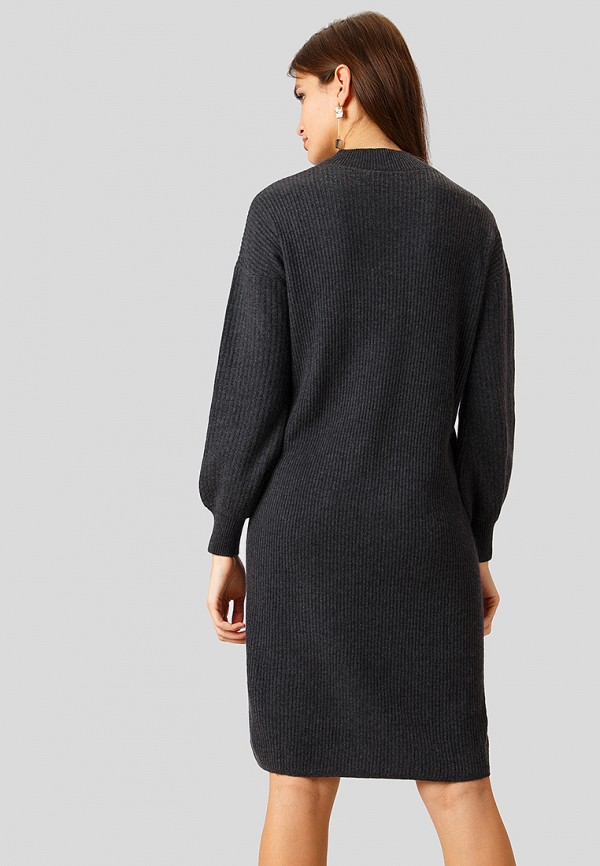 Фото 3 - Женское вязаное платье Finn Flare серого цвета