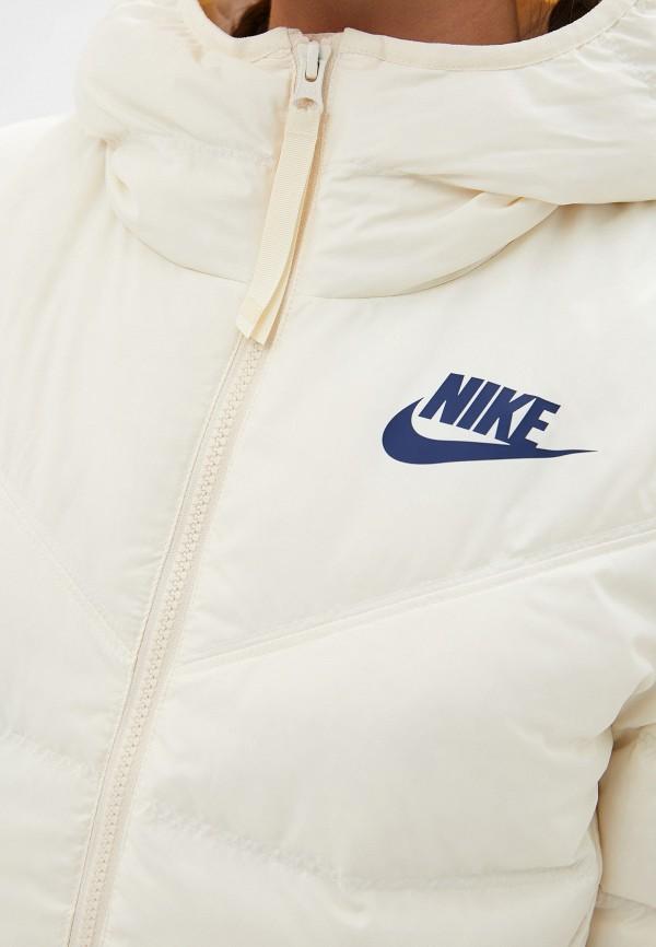 Фото 5 - Пуховик Nike бежевого цвета