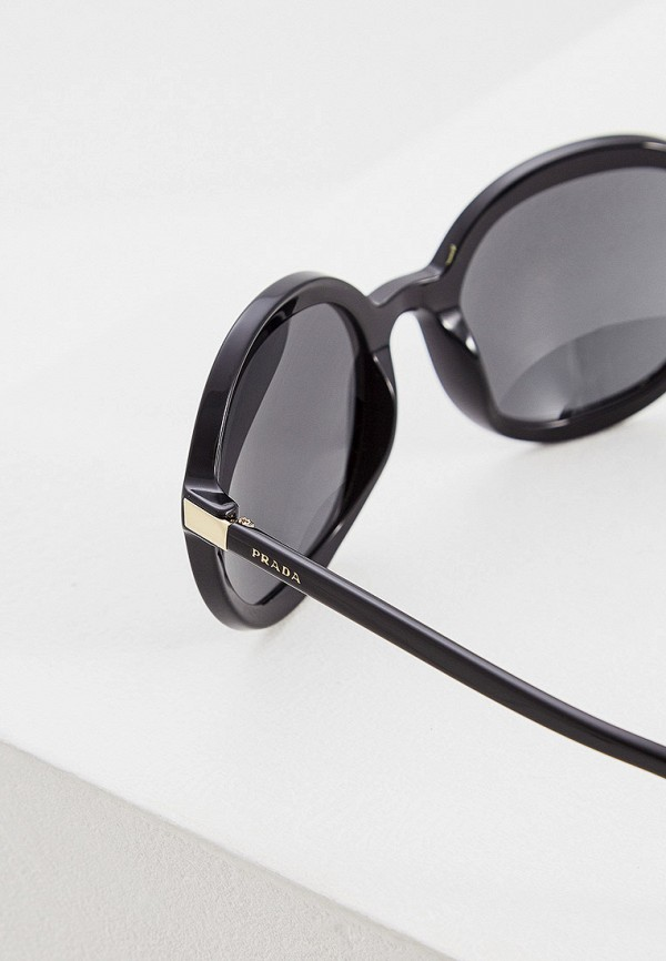 Фото 4 - Очки солнцезащитные Prada черного цвета