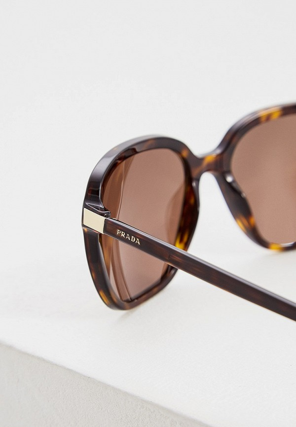 Фото 4 - Очки солнцезащитные Prada коричневого цвета