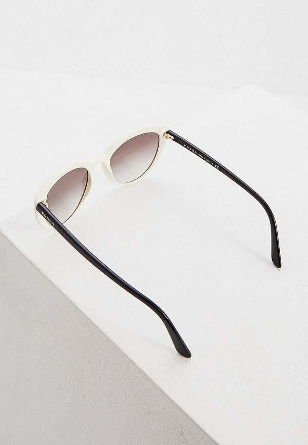 Фото 3 - Очки солнцезащитные Prada белого цвета