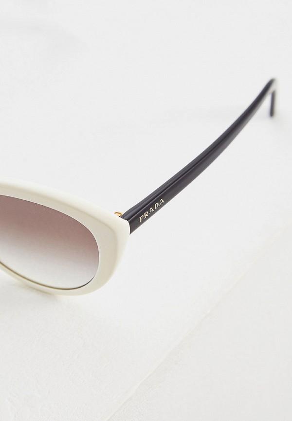 Фото 4 - Очки солнцезащитные Prada белого цвета
