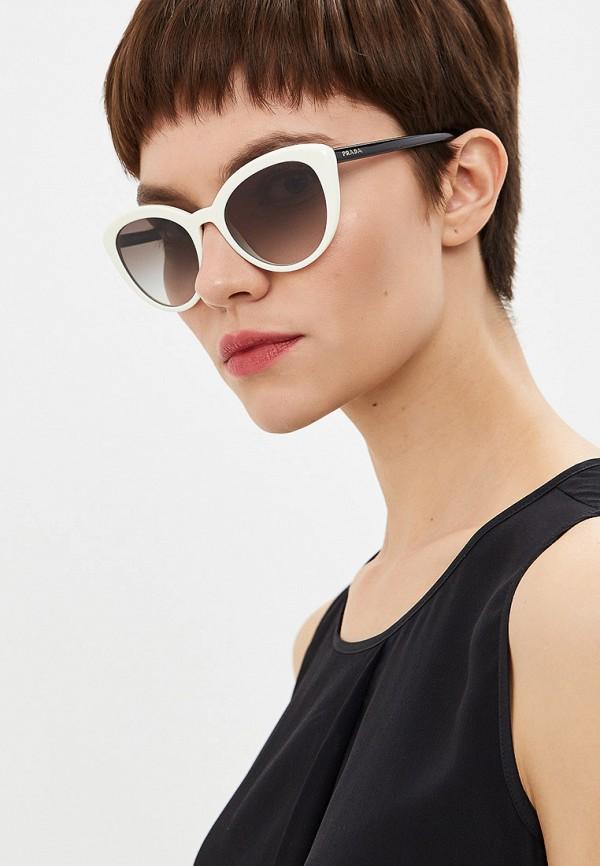 Фото 6 - Очки солнцезащитные Prada белого цвета