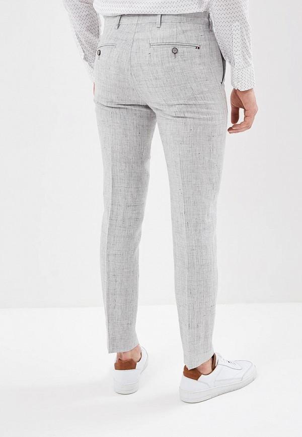 Фото 3 - мужские брюки Tommy Hilfiger серого цвета