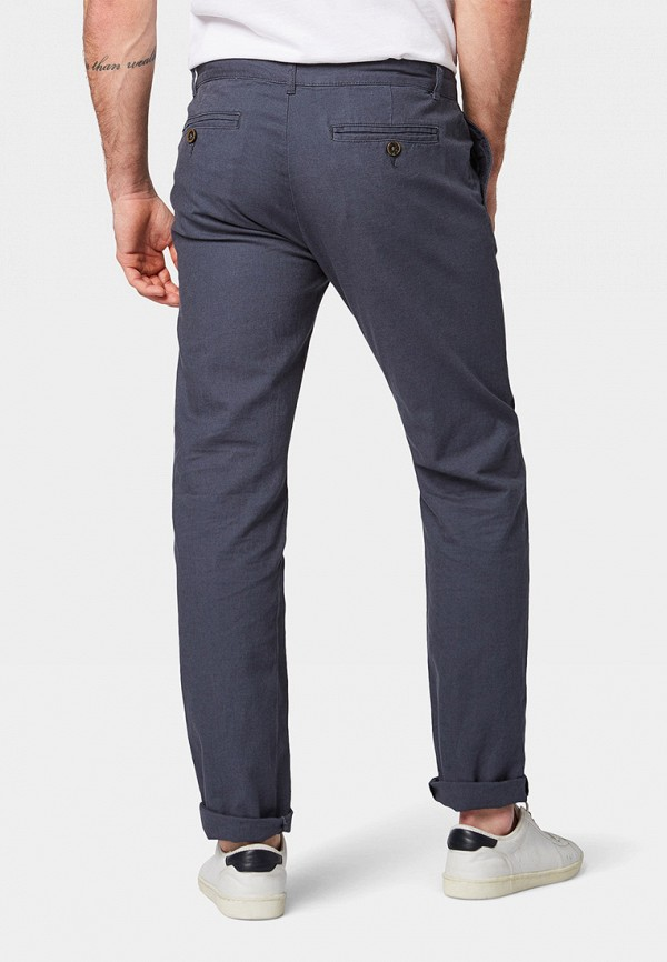 Фото 3 - мужские брюки Tom Tailor серого цвета