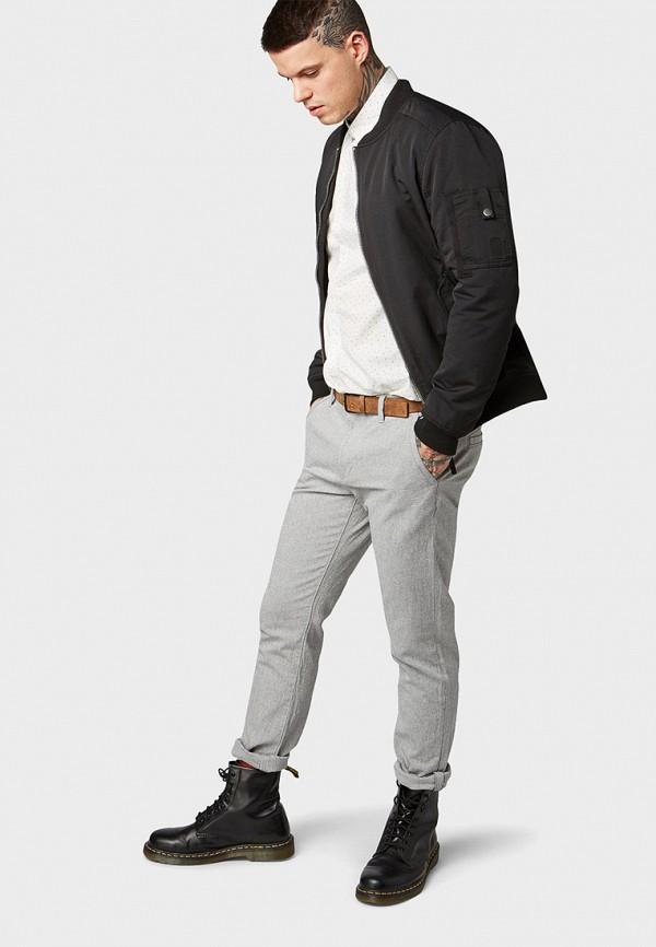 Фото 2 - мужские брюки Tom Tailor Denim серого цвета