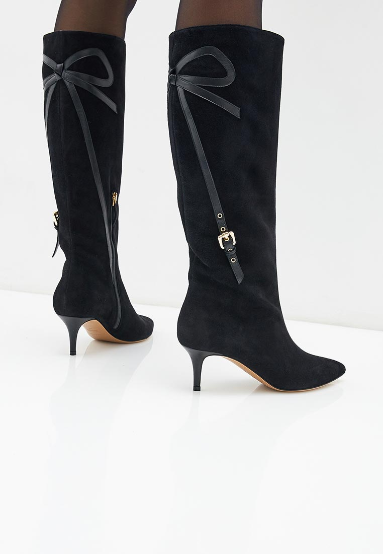 В коллекции представлены сандалии на стандартном каблуке, платформе, танкетке и шпильке.