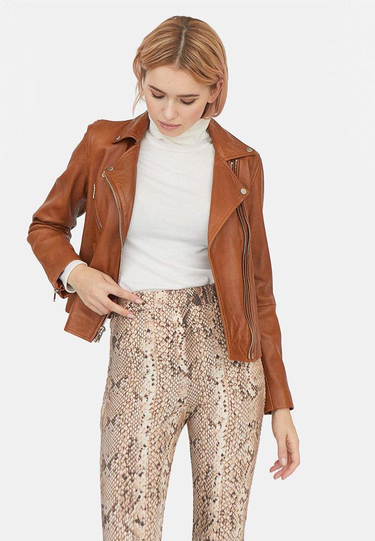 Куртка кожаная, Stradivarius, цвет: коричневый. Артикул: IX001XW004D6. Одежда / Верхняя одежда / Косухи