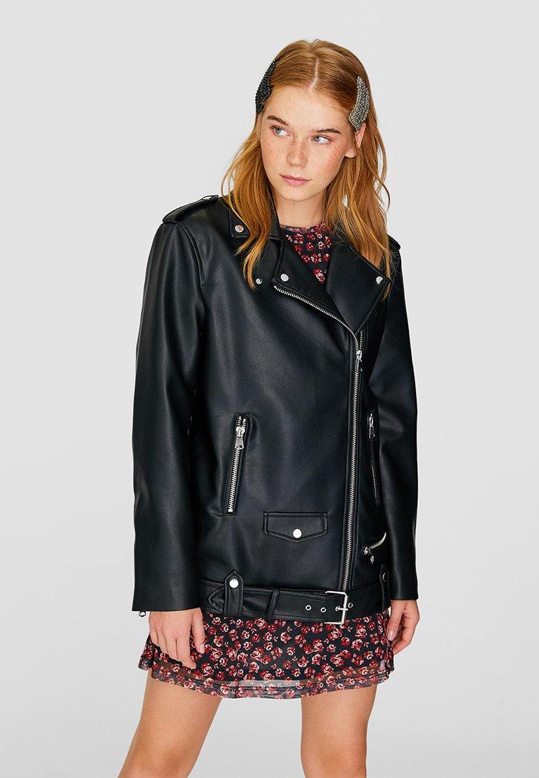 Куртка кожаная, Stradivarius, цвет: черный. Артикул: IX001XW00AWU. Одежда / Верхняя одежда / Косухи
