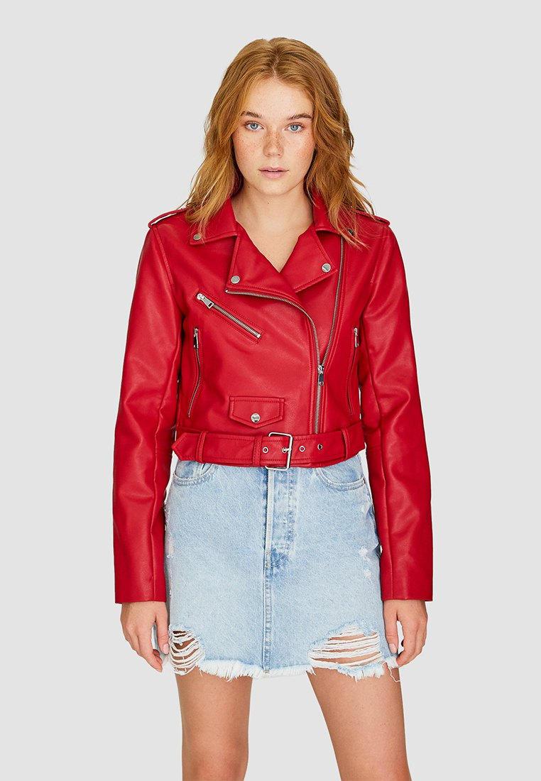 Куртка кожаная, Stradivarius, цвет: красный. Артикул: IX001XW00AWZ. Одежда / Верхняя одежда / Косухи